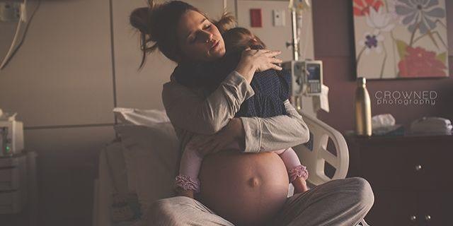 Majka dijeli mirni trenutak sa svojim prvorođenim djetetom prije poroda
