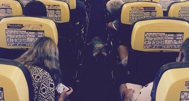 """Iscrpljeni dječak zaspao u prolazu aviona nakon dva sata """"pomaganja"""""""