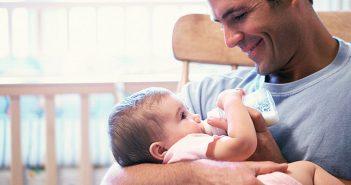 Kad tata hrani bebu: 5 savjeta za veću povezanost